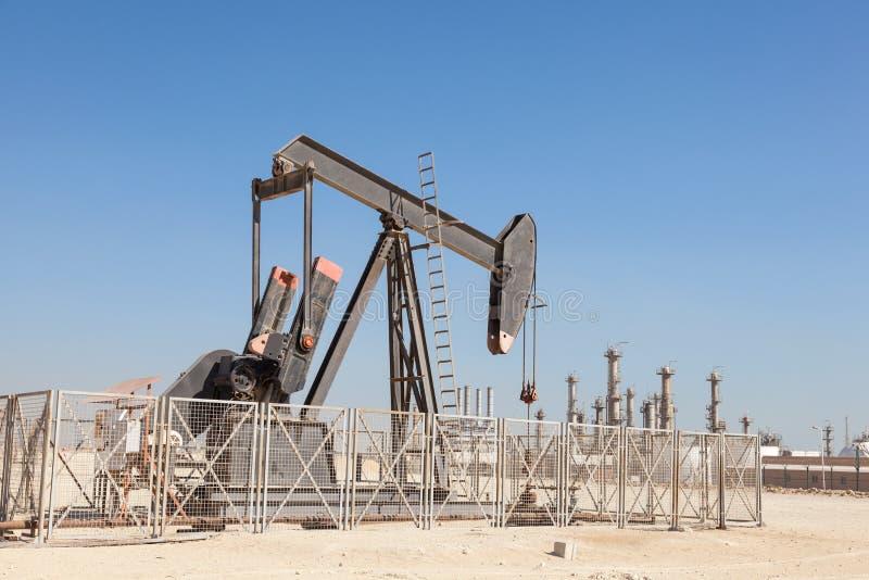 Olje- pump i öknen arkivbild