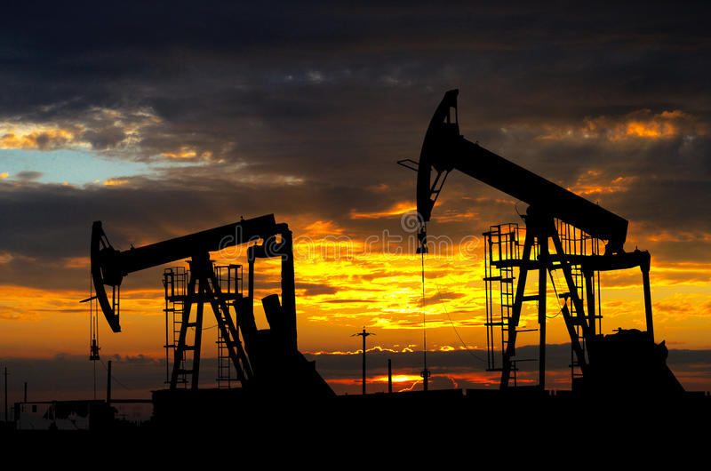 Olje- pump. Oljeindustriutrustning royaltyfria foton