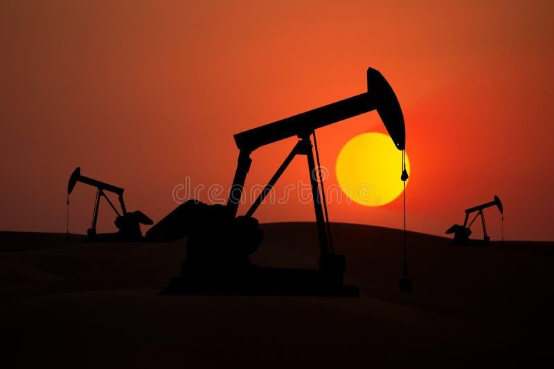 Olje- pumpar med solnedgång fotografering för bildbyråer