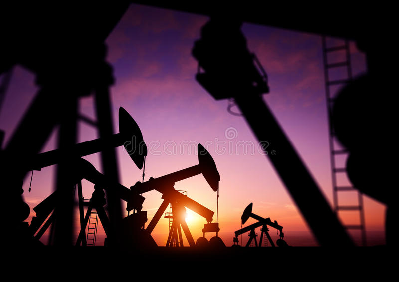 Olje- pumpar på skymning fotografering för bildbyråer
