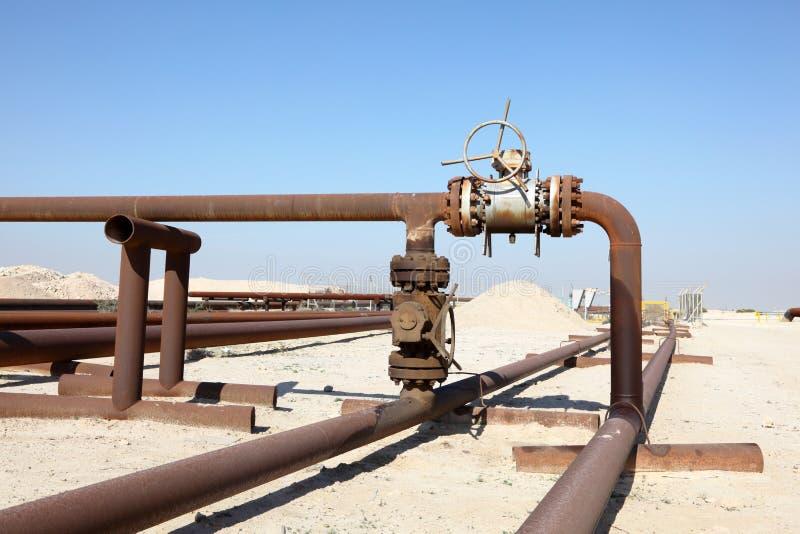 Olje- rörledning i öknen arkivbild