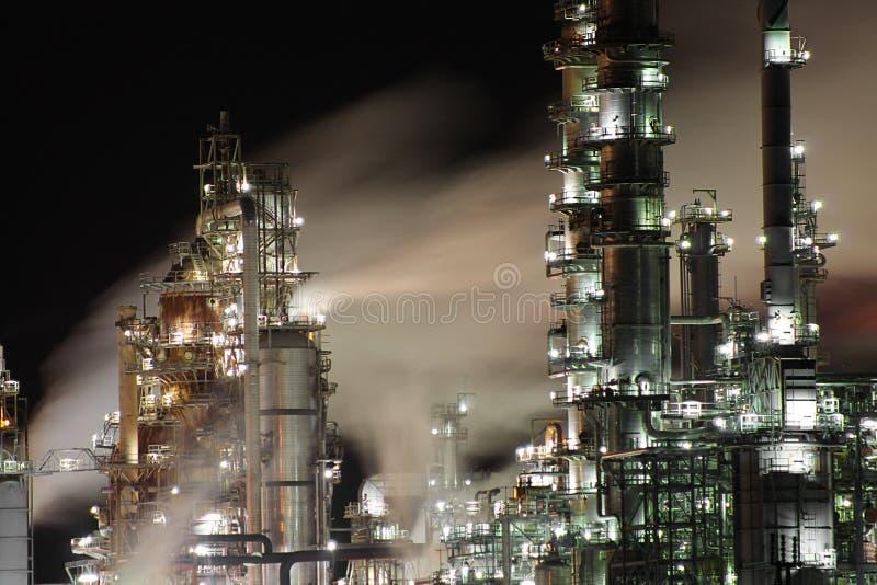 Olje- raffinaderi på natten arkivfoton