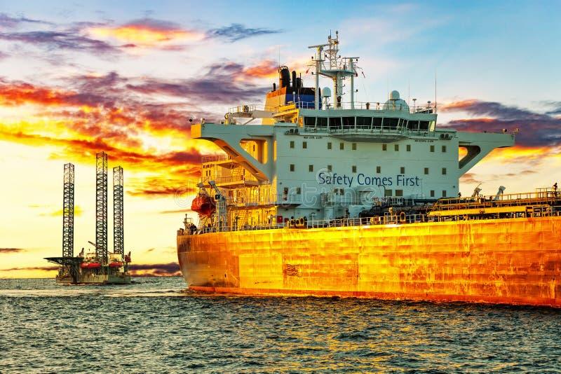 Oljeindustri på solnedgången arkivfoton