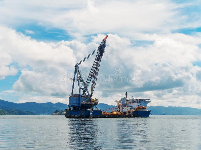 Oljeplattform i fjärden av tropiska öar, utforskning och produktion av olja i havet royaltyfri bild