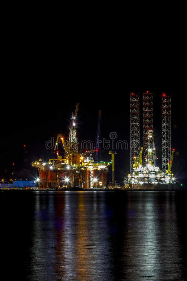 Oljeplattform på natten arkivbild
