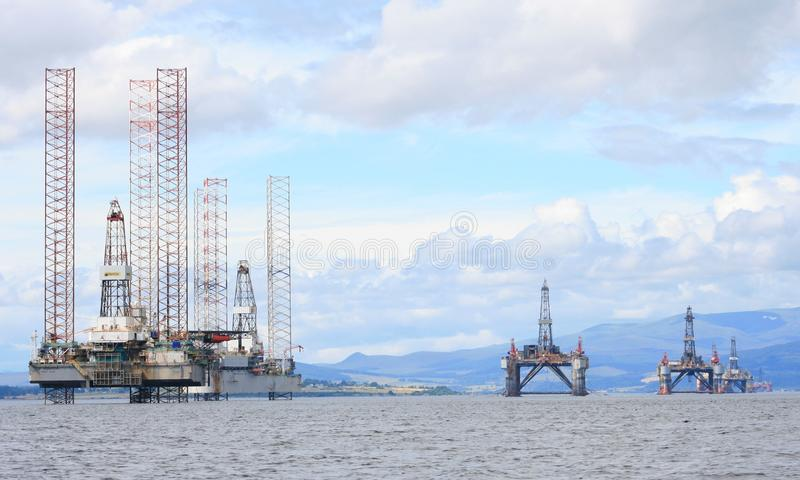 Oljeplattformar på havet Skottland royaltyfri bild