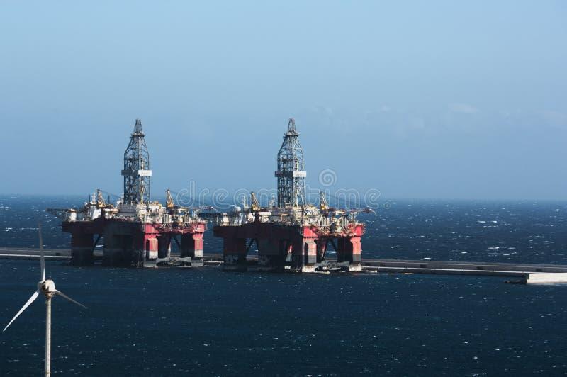 Oljeplattformar som förtöjas till den säkra hamnen royaltyfria foton