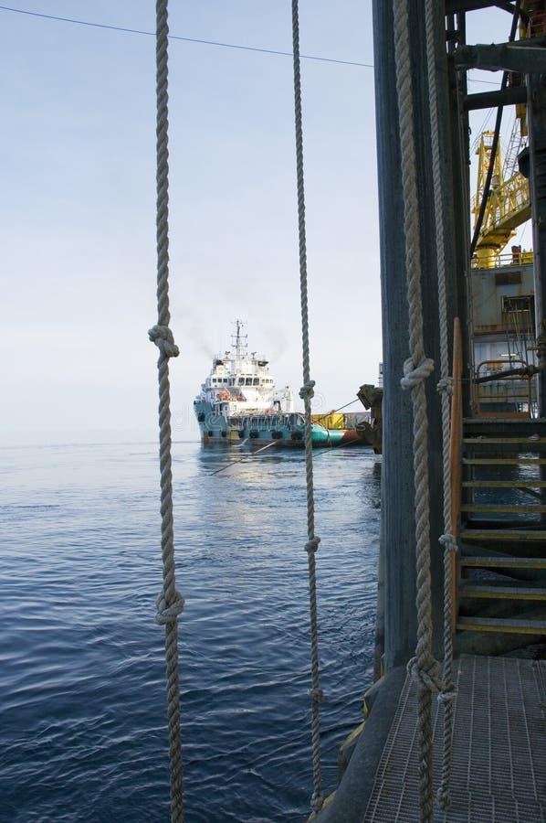 Oljeplattformplattform och lastfartyg royaltyfri foto