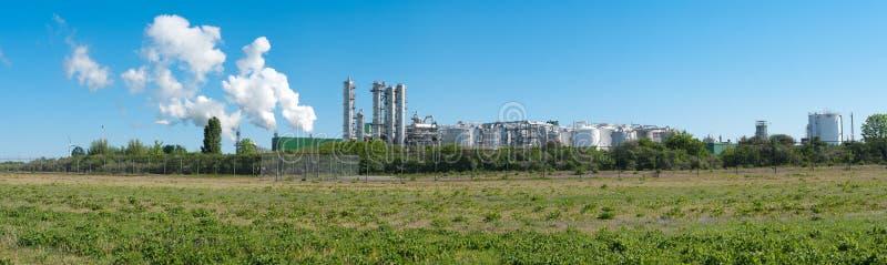 Download Oljeraffinaderi fotografering för bildbyråer. Bild av pipeline - 19781409