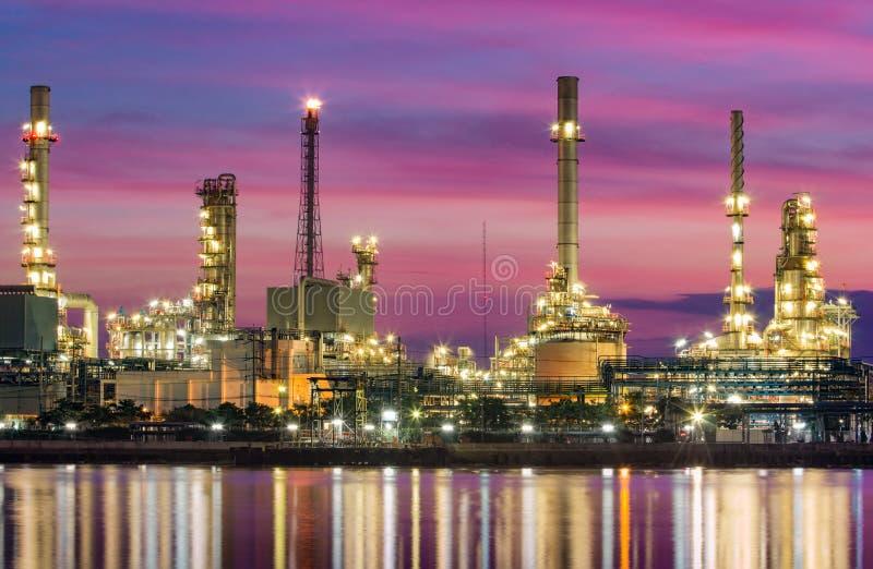 Oljeraffinaderi - fabrik för petrokemisk bransch royaltyfria bilder