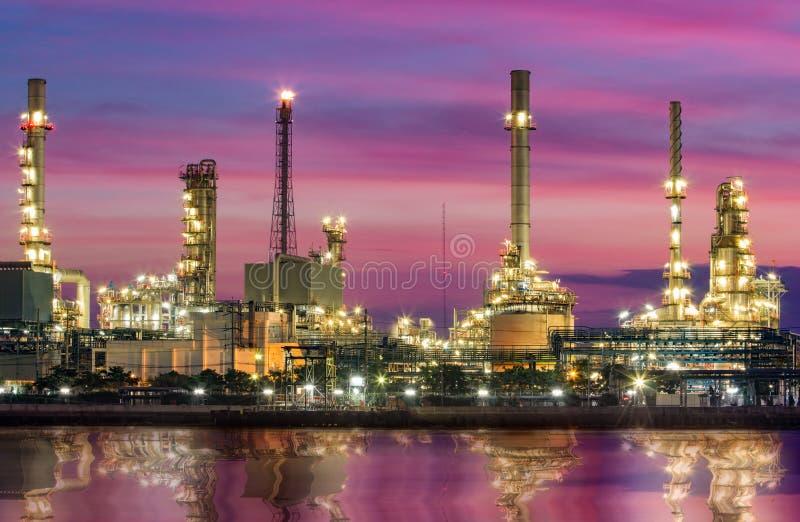 Oljeraffinaderi - fabrik för petrokemisk bransch arkivbilder