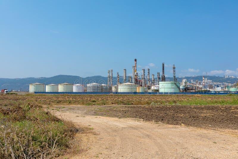 Oljeraffinaderi nära det Carmel berget i Israel royaltyfri foto