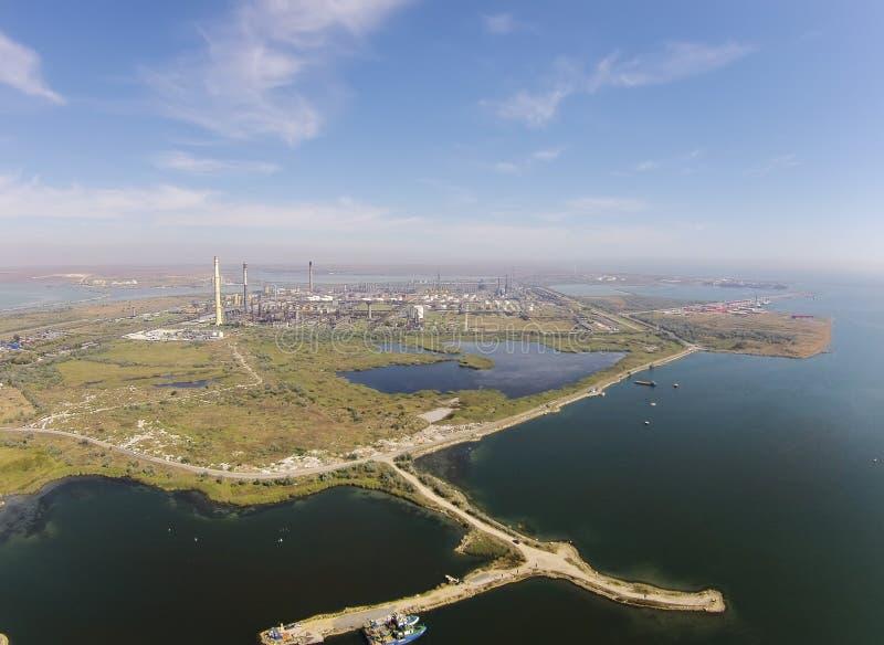 Oljeraffinaderi på den Black Sea kusten, flyg- sikt royaltyfri bild