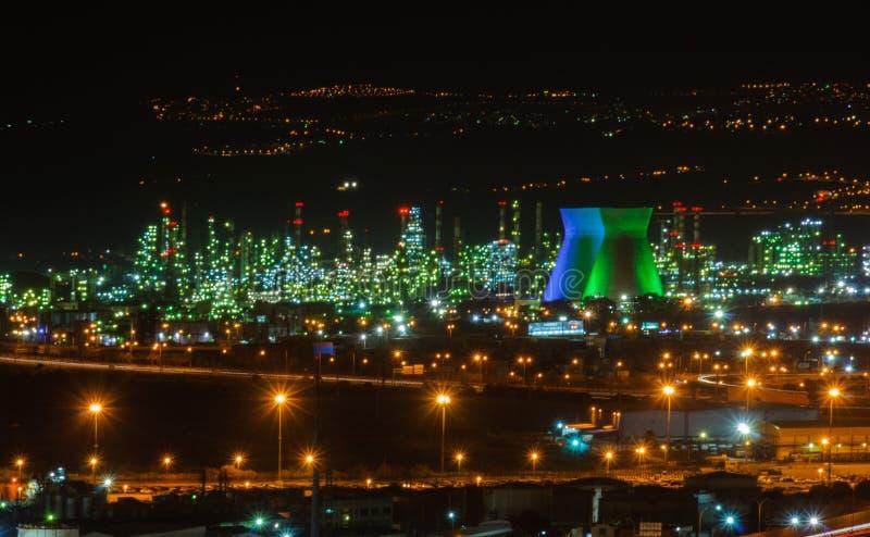 Oljeraffinaderibransch på natten royaltyfri bild