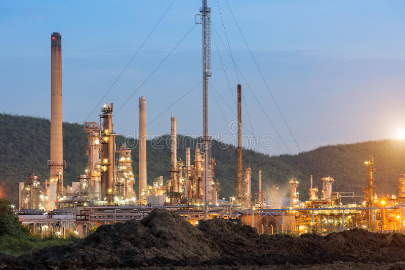 Oljeraffinaderifabrik i morgonen som är petrokemisk royaltyfria foton
