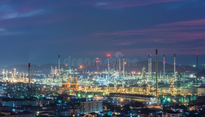 Oljeraffinaderikraftverk på skymning fotografering för bildbyråer