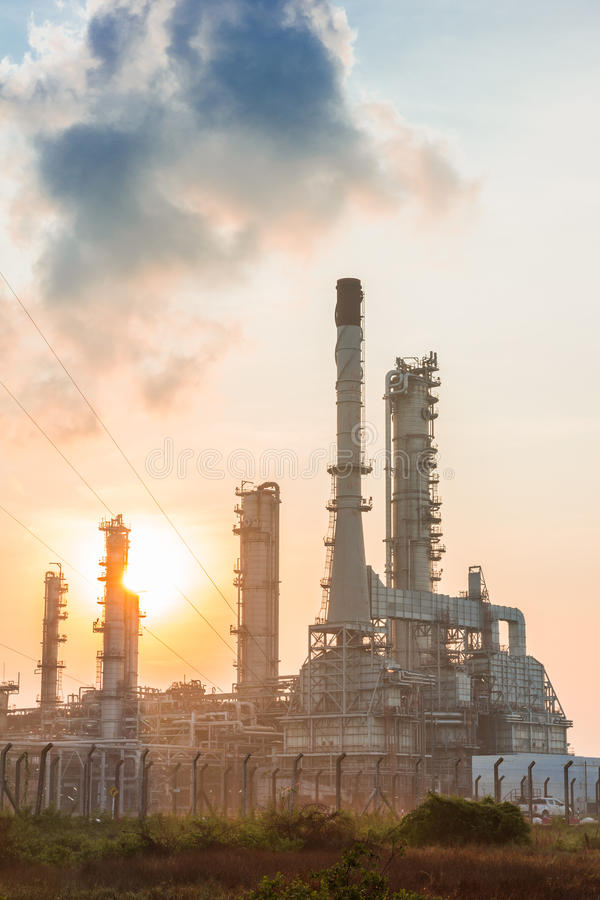 Oljeraffinaderikraftverk på solsken arkivfoto
