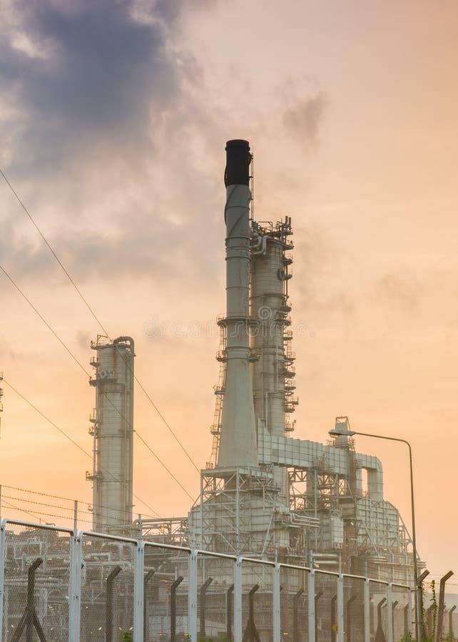 Oljeraffinaderikraftverk på solsken arkivbild