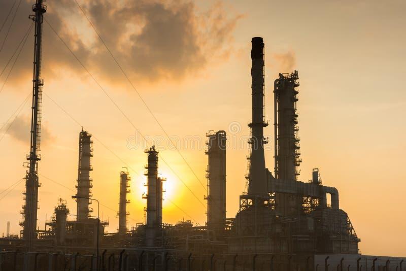 Oljeraffinaderikraftverk på solsken fotografering för bildbyråer