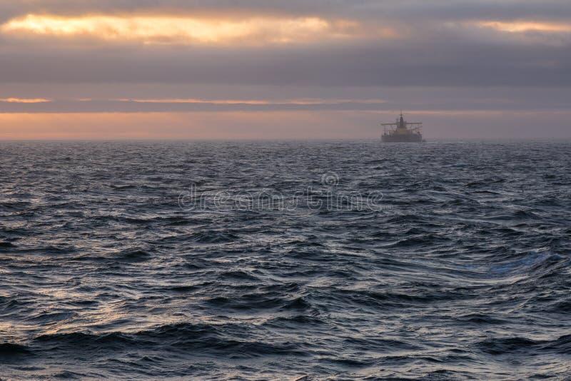 Oljetanker på horisont på solnedgången arkivbilder