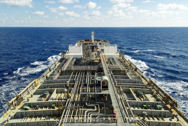 Oljetankerdäck med rörledningen royaltyfri foto