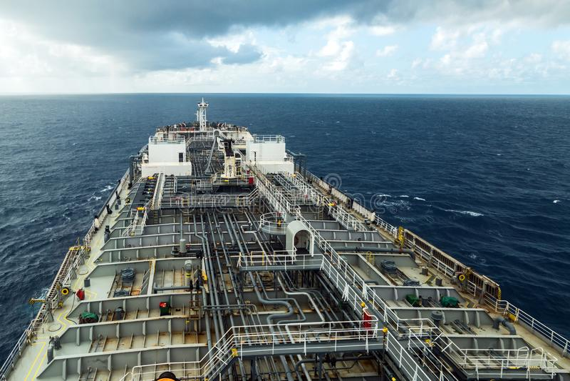 Oljetankerdäck medan regnigt väder Sikt från navigeringbron royaltyfri bild