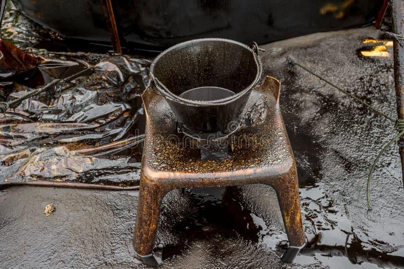 Oljeutsläppkatastrof - fetthaltiga oljahjälpmedel och förorenamiljö på den Samet ön, rayong, Thailand royaltyfri fotografi