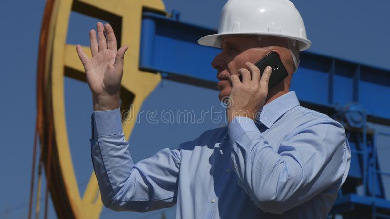 Oljor iscensätter Working, i utdragning av oljasamtal till mobilt och att göra en gest arkivbilder