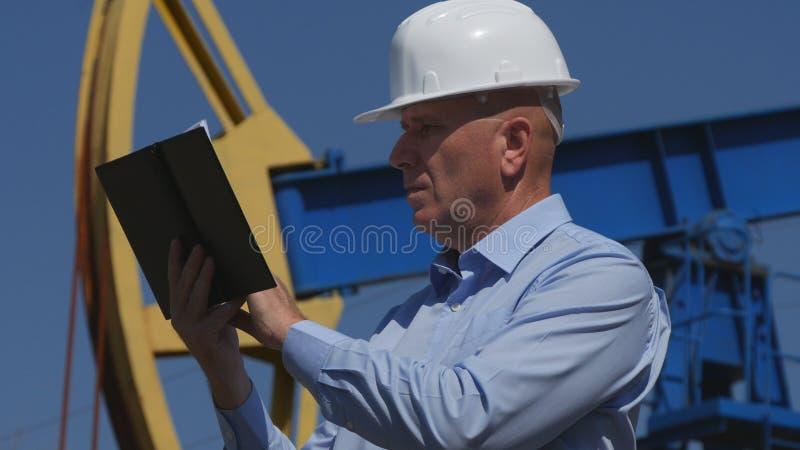 Oljor iscensätter Working, i utdragning av oljeindustri som använder dagordningen royaltyfria bilder