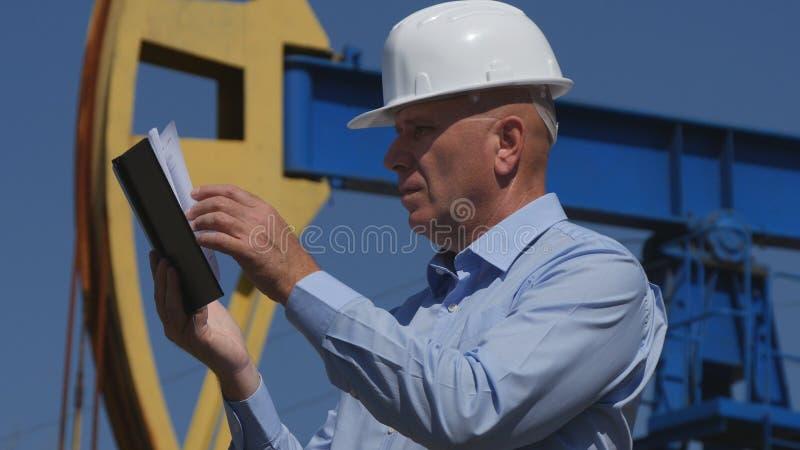 Oljor iscensätter Working, i utdragning av oljeindustri som använder dagordningen arkivbild