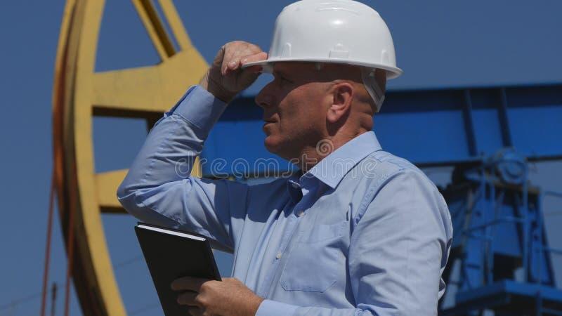 Oljor iscensätter Working, i utdragning av oljeindustri, verifierar installation Activi royaltyfria bilder