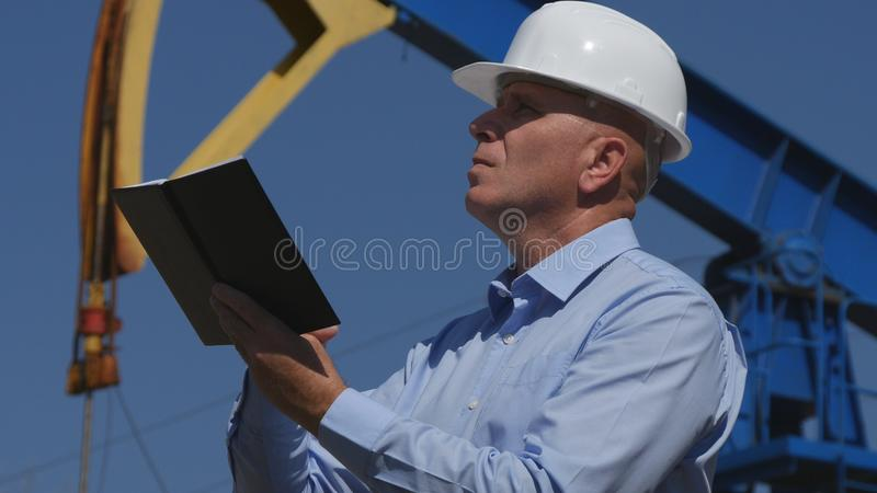 Oljor iscensätter Working, i utdragning av oljeindustribruksdagordningen i underhåll royaltyfri foto