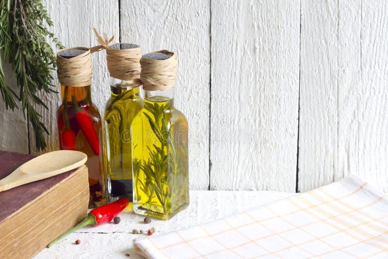 Oljor med örter och kryddamatbegrepp arkivfoto