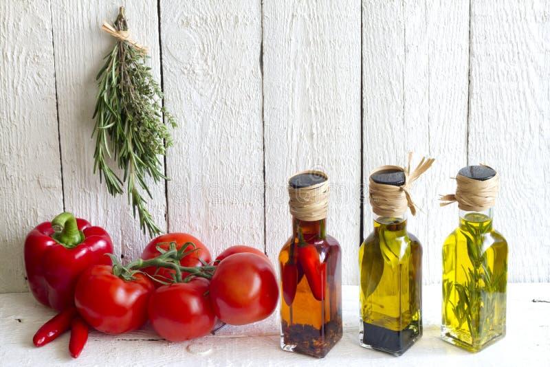 Oljor med örter och kryddamatbegrepp royaltyfri bild