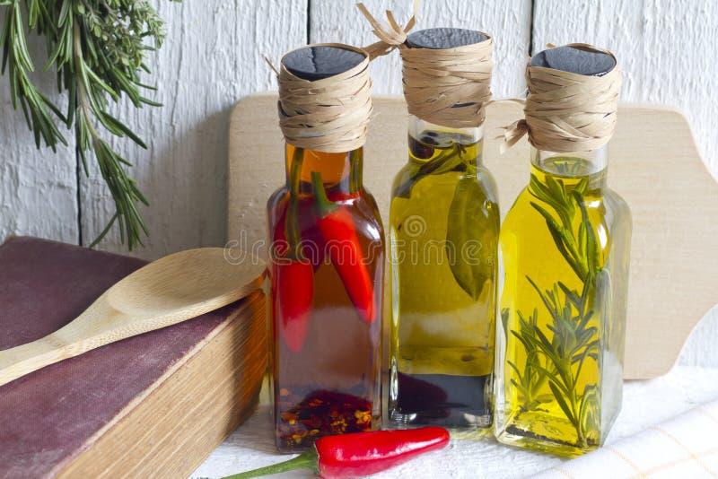 Oljor med örter och kryddamatbegrepp arkivbilder