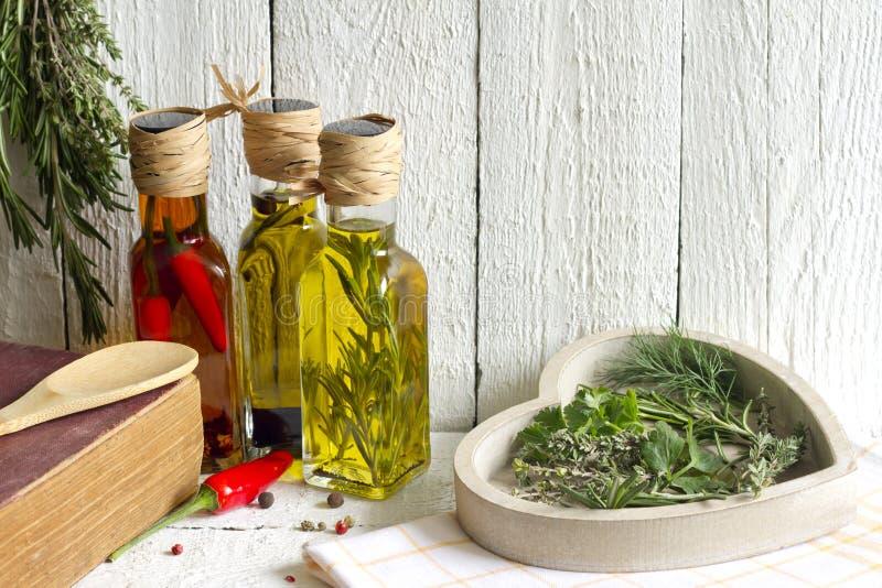 Oljor med örter och kryddamatbegrepp royaltyfria foton