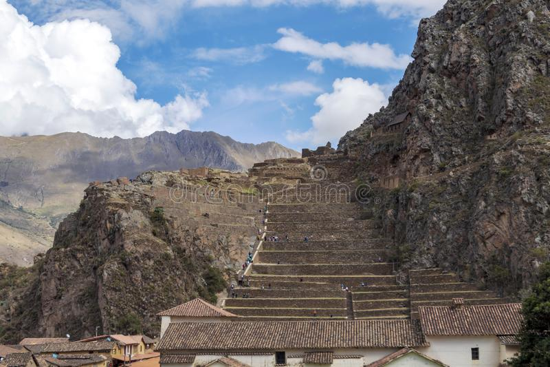 Ollantaytambo废墟,有大石大阳台的一个巨型的印加人堡垒在山坡,旅游目的地在秘鲁 库存图片