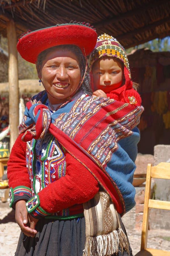 Ollantaytambo,秘鲁:盖丘亚族人的母亲和孩子在一个村庄在安地斯 图库摄影