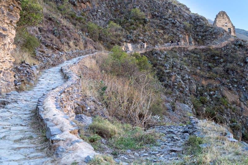 Ollantaytambo, Перу - около июнь 2015: Горная тропа на Ollantaytambo в горах Анд, Перу стоковое изображение