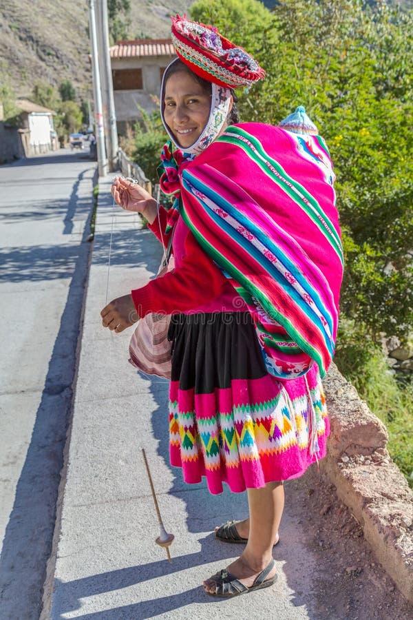 Ollantaytambo, Перу - около июнь 2015: Женщина в традиционных перуанских одеждах в Ollantaytambo, Перу стоковые фотографии rf