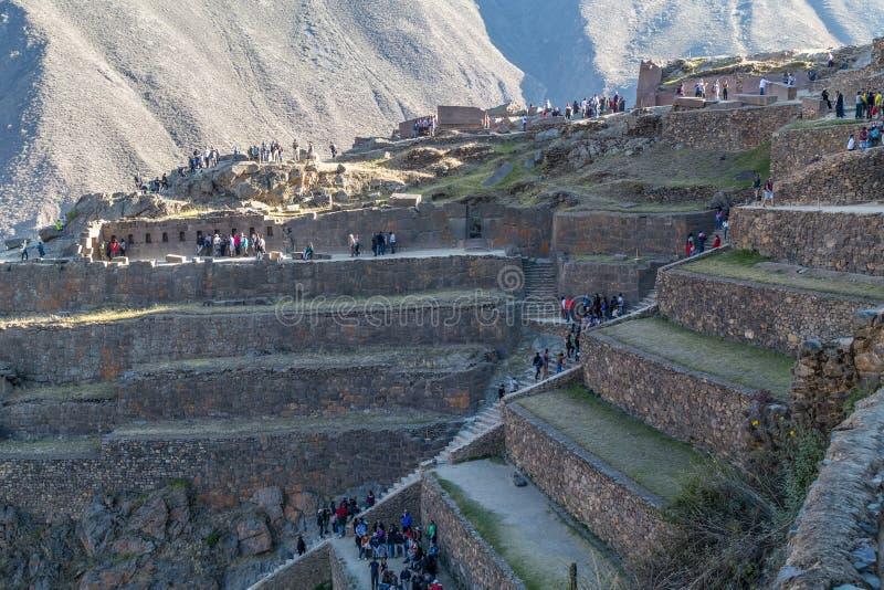 Ollantaytambo, Перу - около июнь 2015: Люди идя на место Inca Ollantaytambo археологическое в Перу стоковые изображения