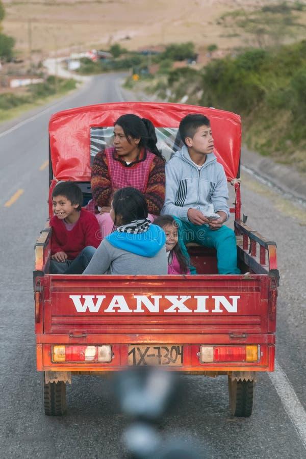 Ollantaytambo, Перу - около июнь 2015: Перуанская тележка катания семьи на дороге к Cusco, Перу стоковое изображение rf