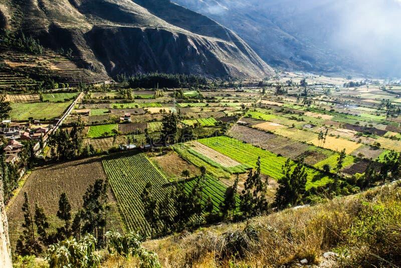 Ollantaytambo -老印加人堡垒和镇神圣的谷(瓦尔萨格拉多)的小山在秘鲁,南上午的安地斯山 免版税库存照片
