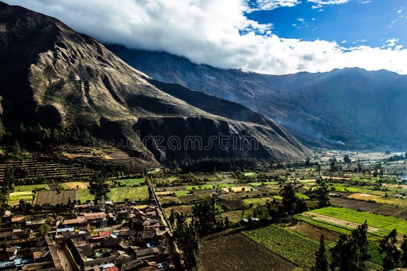 Ollantaytambo -老印加人堡垒和镇神圣的谷(瓦尔萨格拉多)的小山在秘鲁,南上午的安地斯山 库存照片
