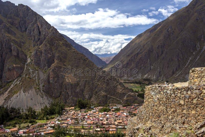 Ollantaytambo fördärvar, en massiv Incafästning med stora stenterrasser på en backe, turist- destination i Peru arkivfoton