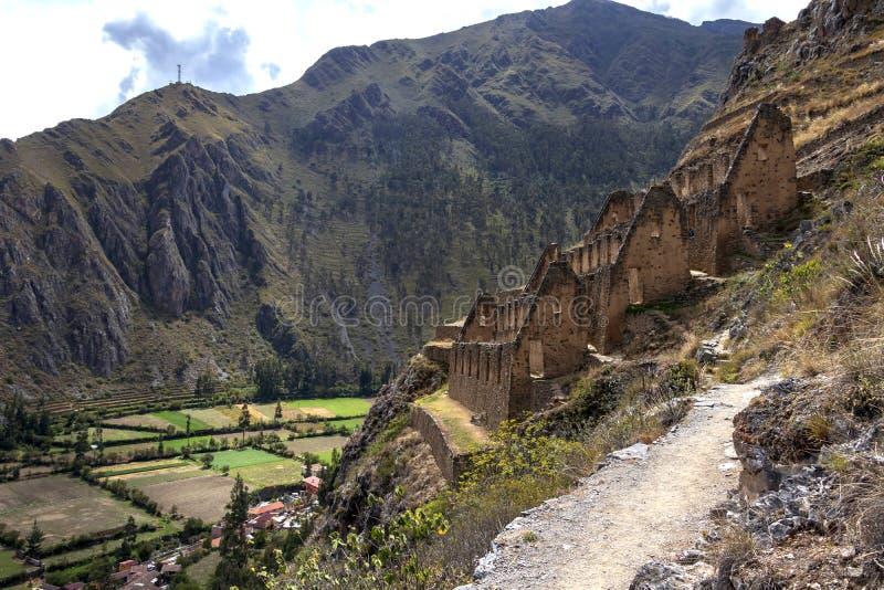 Ollantaytambo fördärvar, en massiv Incafästning med stora stenterrasser på en backe, turist- destination i Peru royaltyfria bilder