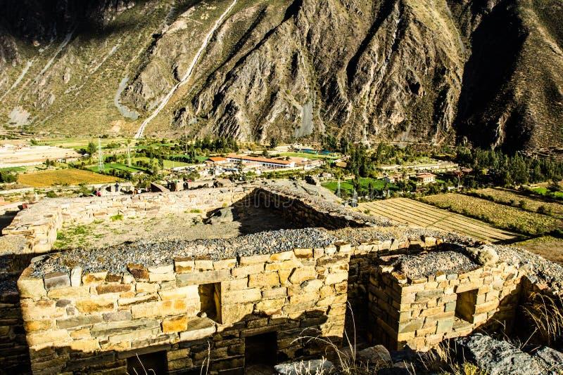 Ollantaytambo - fortaleza y ciudad viejas del inca las colinas del valle sagrado (Valle Sagrado) en las montañas de los Andes de P imagen de archivo