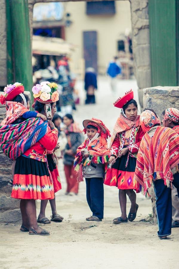 Ollantaytambo/Pérou - 29 mai 2008 : Groupe d'enfants habillés dans les costumes péruviens traditionnels et colorés photo libre de droits