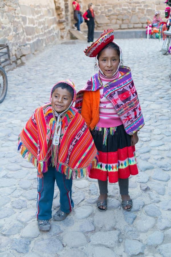 Ollantaytambo, Peru - circa Juni 2015: Kinderen in traditionele Peruviaanse kleren in Ollantaytambo, Peru stock afbeeldingen