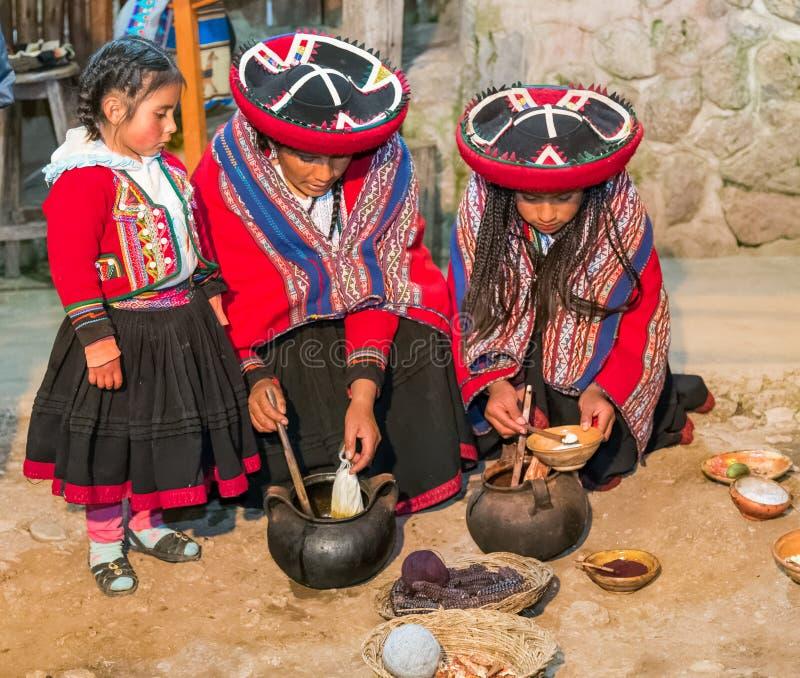 Ollantaytambo Peru - circa Juni 2015: Kvinnor i traditionell peruansk kläder använder naturliga färger för alpaca- och lamaull nä arkivbild